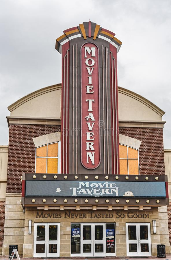 Η ταβέρνα κινηματογράφων από τα θέατρα του Marcus προσφέρει in-theatre να δειπνήσει στοκ εικόνες με δικαίωμα ελεύθερης χρήσης