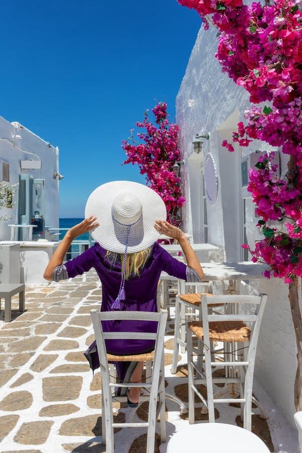 Η ταξιδιωτική γυναίκα απολαμβάνει τη χαρακτηριστική ελληνική ρύθμιση στα νησιά των Κυκλάδων της Ελλάδας στοκ φωτογραφίες με δικαίωμα ελεύθερης χρήσης
