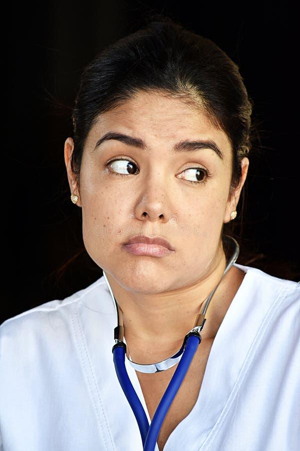 Η ταραγμένη ελκυστική θηλυκή φθορά νοσοκόμων τρίβει στοκ φωτογραφία με δικαίωμα ελεύθερης χρήσης