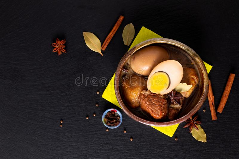Η ταϊλανδικά κοιλιά και το αυγό χοιρινού κρέατος κουζίνας έννοιας τροφίμων με το ευώδες Stew πέντε καρυκευμάτων μουγκρητό Palo στ στοκ εικόνες με δικαίωμα ελεύθερης χρήσης