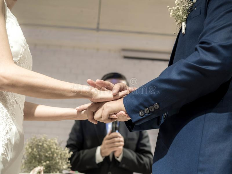 Η τελετή της τοποθέτησης σε έναν γάμο χτυπά Ώριμο ζεύγος που παντρεύεται στοκ φωτογραφία