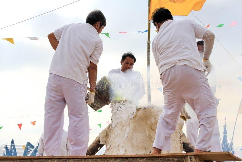 Η τελετή του χύνοντας χρυσού Βούδα είναι χρήση είναι λειωμένο μέταλλο χύνεται σε ένα αργίλιο φορμών άμμου στη ρίψη του αγάλματος  στοκ φωτογραφίες