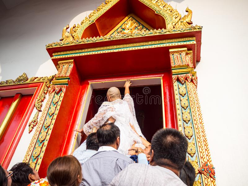 Η τελετή των χειροτονιών για να αγγίξει την άκρη της εκκλησίας πριν από την τελετή για να ισχύσει στοκ φωτογραφία με δικαίωμα ελεύθερης χρήσης