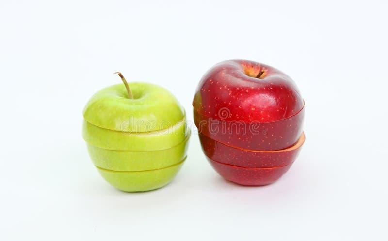 Η τεμαχισμένη και μεταθεμένη πράσινη και κόκκινη Apple στοκ εικόνα με δικαίωμα ελεύθερης χρήσης
