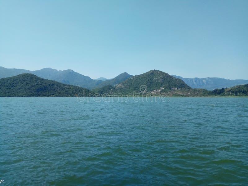 Η τεράστια λίμνη Skadar, που περιβάλλεται από τα μεγαλοπρεπή βουνά στο Μαυροβούνιο στοκ εικόνα