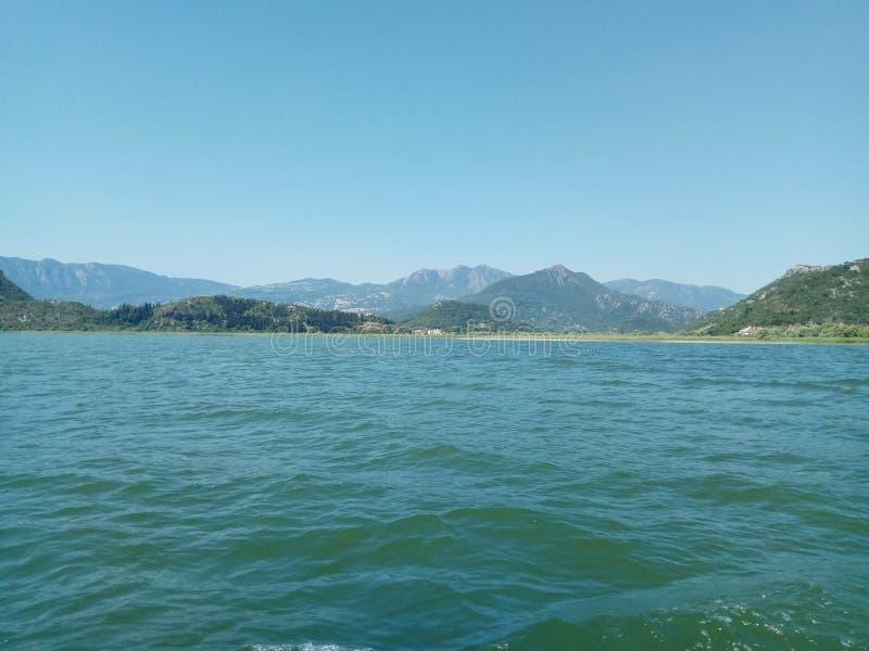 Η τεράστια λίμνη Skadar, που περιβάλλεται από τα μεγαλοπρεπή βουνά στο Μαυροβούνιο στοκ εικόνες με δικαίωμα ελεύθερης χρήσης