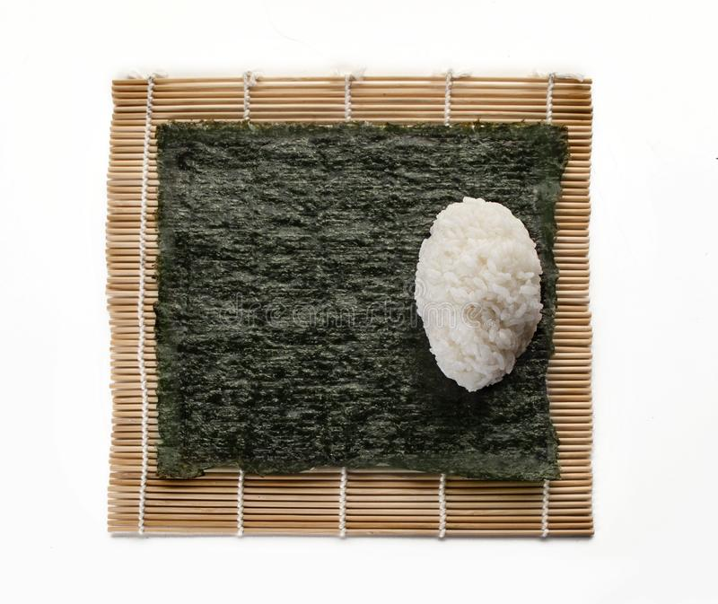 Η τετραγωνική βάση του φυκιού για τα σούσια με μια σφαίρα ρυζιού σε ένα χαλί βλέπει στοκ εικόνες με δικαίωμα ελεύθερης χρήσης