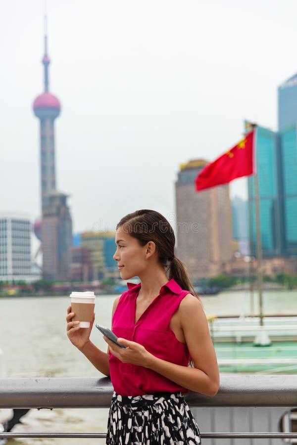 Η τηλεφωνική ασιατική επαγγελματική γυναίκα της Κίνας που χρησιμοποιεί το κινητό τηλέφωνο κατά τη διάρκεια ανταλάσσει για να εργα στοκ εικόνες