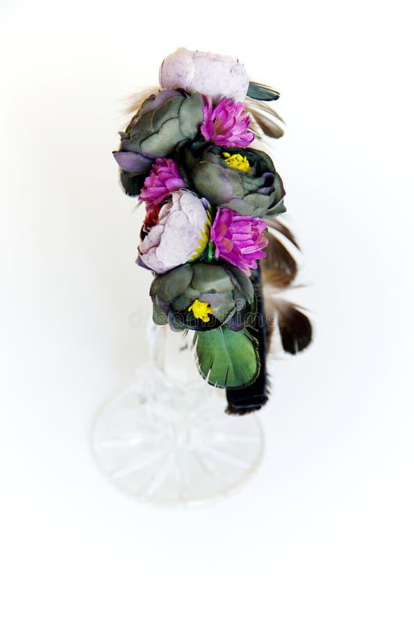 Η τιάρα με τα λουλούδια και τα φτερά το κάνουν οι ίδιοι στοκ εικόνες με δικαίωμα ελεύθερης χρήσης