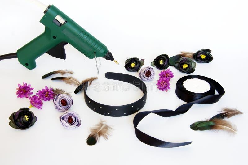 Η τιάρα με τα λουλούδια και τα φτερά το κάνουν οι ίδιοι στοκ φωτογραφία με δικαίωμα ελεύθερης χρήσης