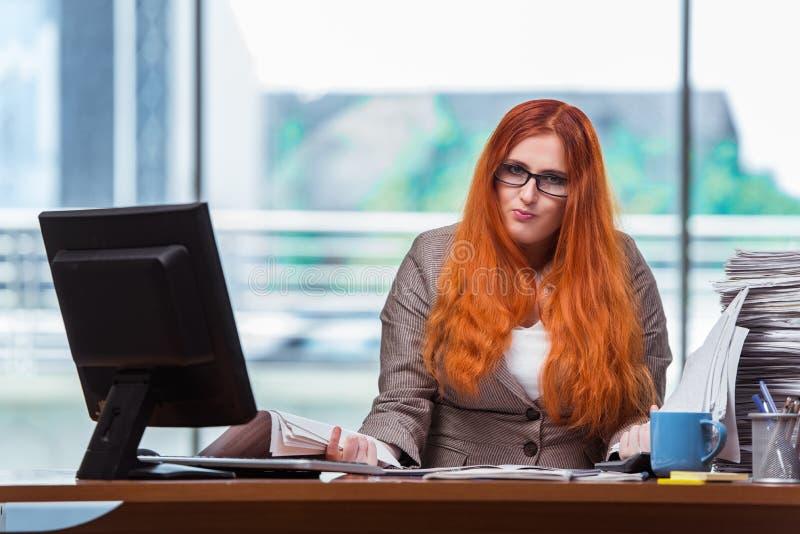 Η τονισμένη επιχειρηματίας με το σωρό των εγγράφων στοκ φωτογραφίες