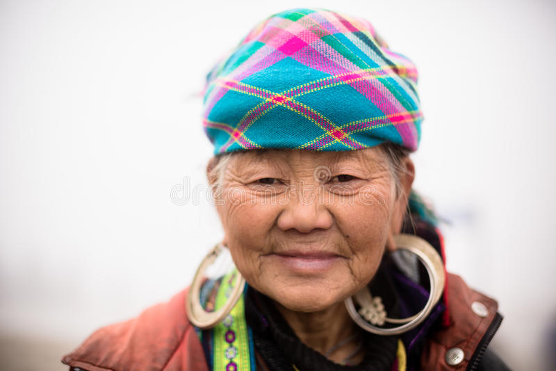Η τοπική γυναίκα φυλών λόφων Hmong θέτει για το πορτρέτο στοκ εικόνα
