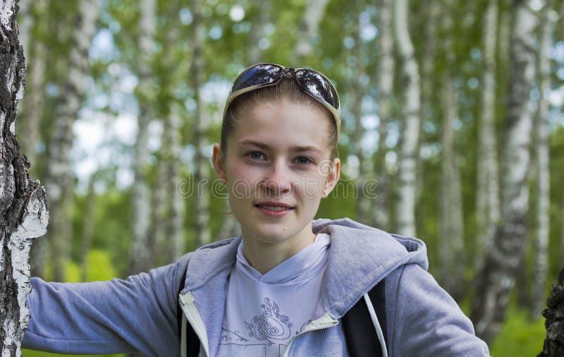 Η τοποθέτηση αθλητών κοριτσιών σε ένα δάσος σημύδων στοκ εικόνες