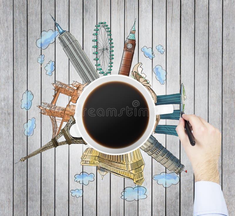 Η τοπ άποψη ενός φλυτζανιού καφέ και του χεριού σύρει τα ζωηρόχρωμα σκίτσα των διασημότερων πόλεων στον κόσμο Η έννοια του ταξιδι στοκ εικόνα