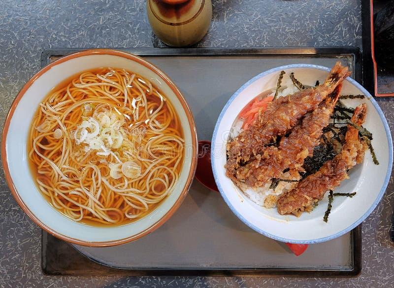 Η τοπ άποψη, ιαπωνικό cusine, σύνολο μεσημεριανού γεύματος αποτελείται από τα καυτά νουντλς soba και οι Δέκα φορούν τις γαρίδες T στοκ φωτογραφία