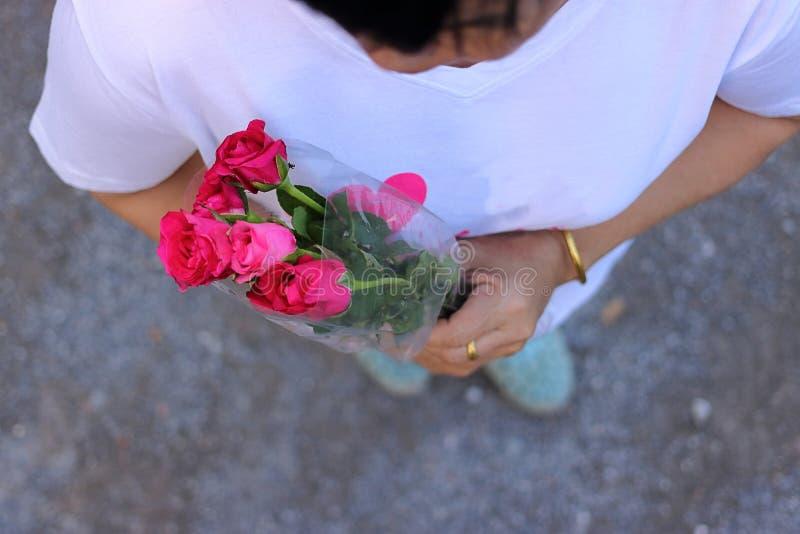 Η τοπ άποψη μιας όμορφης ανθοδέσμης των κόκκινων τριαντάφυλλων η μέση ηλικίας γυναίκα Ημέρα βαλεντίνων ` s ή ramantic έννοια αγάπ στοκ φωτογραφία