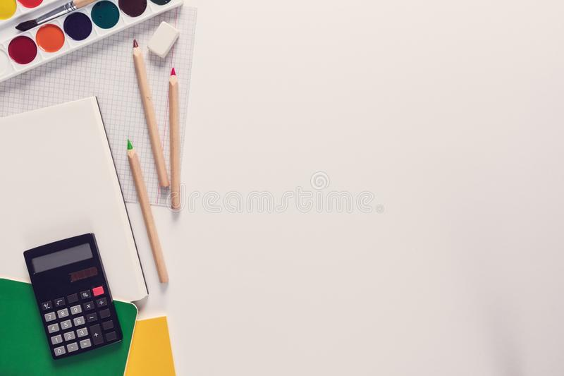 Η τοπ άποψη πέρα από ένα σχολείο παρέχει ως χρώματα, κυβερνήτες, σημειωματάρια, υπολογιστής, γόμα από τη αριστερή πλευρά ενός άσπ στοκ φωτογραφίες με δικαίωμα ελεύθερης χρήσης