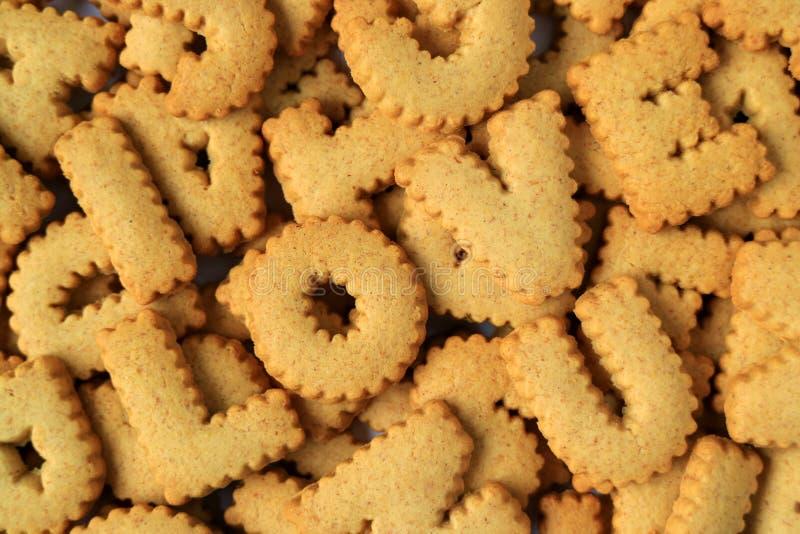 Η τοπ άποψη της λέξης που συλλάβισαν Σ' ΑΓΑΠΏ με το αλφάβητο διαμόρφωσε τα μπισκότα στο σωρό των ίδιων μπισκότων στοκ εικόνες με δικαίωμα ελεύθερης χρήσης