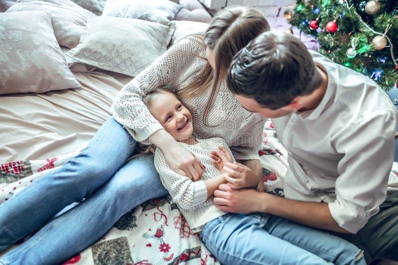 Η τοπ άποψη της ευτυχούς οικογένειας έχει τη διασκέδαση στην κρεβατοκάμαρα Απόλαυση όντας από κοινού στοκ φωτογραφίες