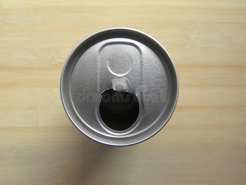 Η τοπ άποψη του ανοικτού ποτού ποτών μπορεί χωρίς λαϊκό να τοποθετήσει ετικέττες στοκ εικόνα με δικαίωμα ελεύθερης χρήσης