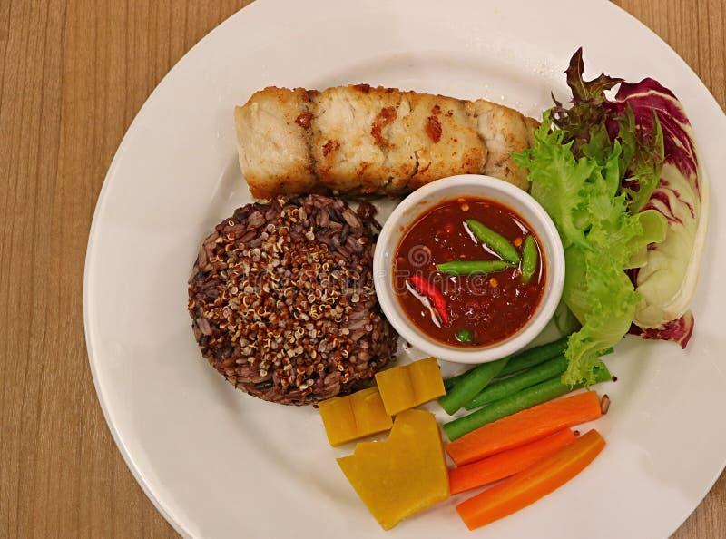 Η τοπ άποψη του ταϊλανδικού ύφους έβρασε το ρύζι ρύζι-μούρων με Quinoa που εξυπηρετήθηκε στον ατμό με τις ψημένες άσπρες πέρκες θ στοκ φωτογραφία με δικαίωμα ελεύθερης χρήσης