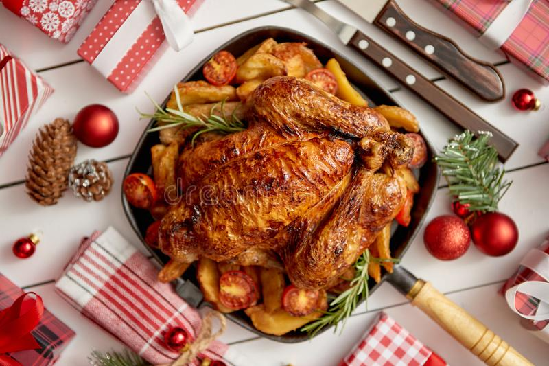 Η τοπ άποψη ψημένης ολόκληρης του κοτόπουλου ή της Τουρκίας εξυπηρέτησε στο τετραγωνικό τηγάνι σιδήρου στοκ φωτογραφία