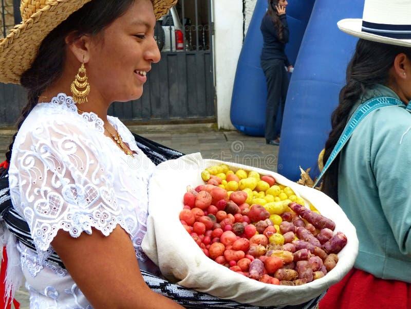 Η του χωριού γυναίκα φέρνει το καλάθι με το melloco, Ισημερινός στοκ εικόνα με δικαίωμα ελεύθερης χρήσης