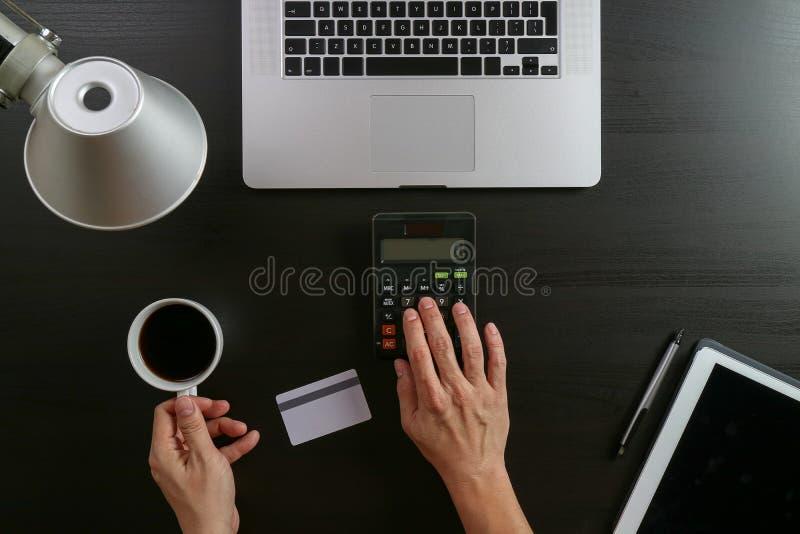 η τρισδιάστατη έννοια Διαδίκτυο δίνει τις αγορές Τοπ άποψη των χεριών που λειτουργούν με το calcula στοκ εικόνες