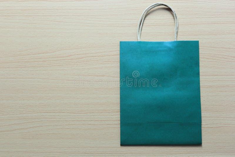 Η τσάντα Πράσινης Βίβλου τοποθετείται σε ένα καφετί ξύλινο πάτωμα στοκ φωτογραφία με δικαίωμα ελεύθερης χρήσης