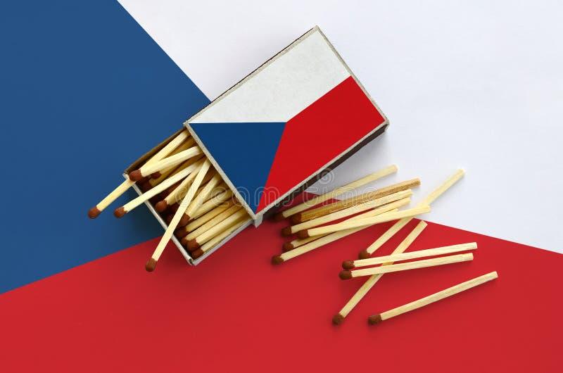 Η τσεχική σημαία παρουσιάζεται σε ένα ανοικτό σπιρτόκουτο, από το οποίο διάφορες αντιστοιχίες αφορούν και βρίσκονται μια μεγάλη σ στοκ φωτογραφίες με δικαίωμα ελεύθερης χρήσης