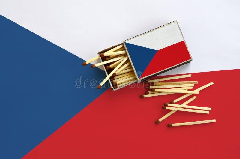 Η τσεχική σημαία παρουσιάζεται σε ένα ανοικτό σπιρτόκουτο, από το οποίο διάφορες αντιστοιχίες αφορούν και βρίσκονται μια μεγάλη σ στοκ εικόνα με δικαίωμα ελεύθερης χρήσης