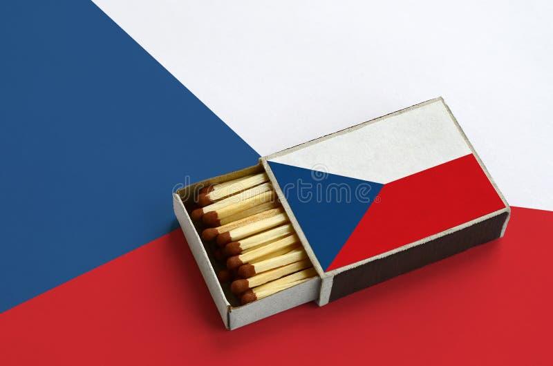Η τσεχική σημαία παρουσιάζεται σε ένα ανοικτό σπιρτόκουτο, το οποίο γεμίζουν με τις αντιστοιχίες και βρίσκεται σε μια μεγάλη σημα στοκ φωτογραφία με δικαίωμα ελεύθερης χρήσης