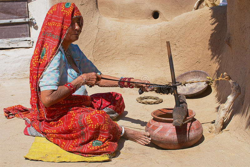 Η τυφλή γυναίκα κάνει τα οικιακά σε Jamba, Ινδία στοκ φωτογραφία