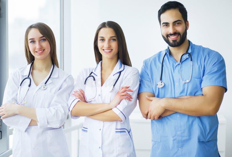 η υγεία προσοχής όπλων απομόνωσε τις καθυστερήσεις Γιατροί που εργάζονται μαζί ως ομάδα για το κίνητρο, SU στοκ φωτογραφία με δικαίωμα ελεύθερης χρήσης