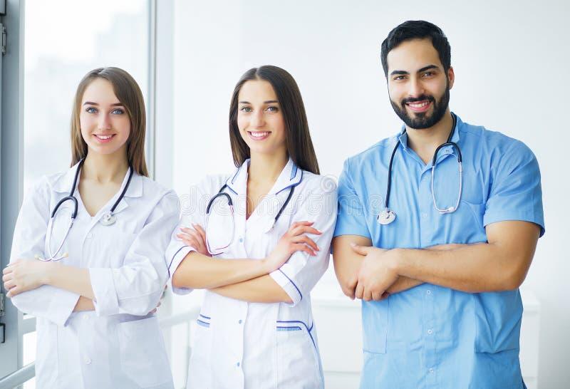 η υγεία προσοχής όπλων απομόνωσε τις καθυστερήσεις Γιατροί που εργάζονται μαζί ως ομάδα για το κίνητρο, SU στοκ φωτογραφίες με δικαίωμα ελεύθερης χρήσης