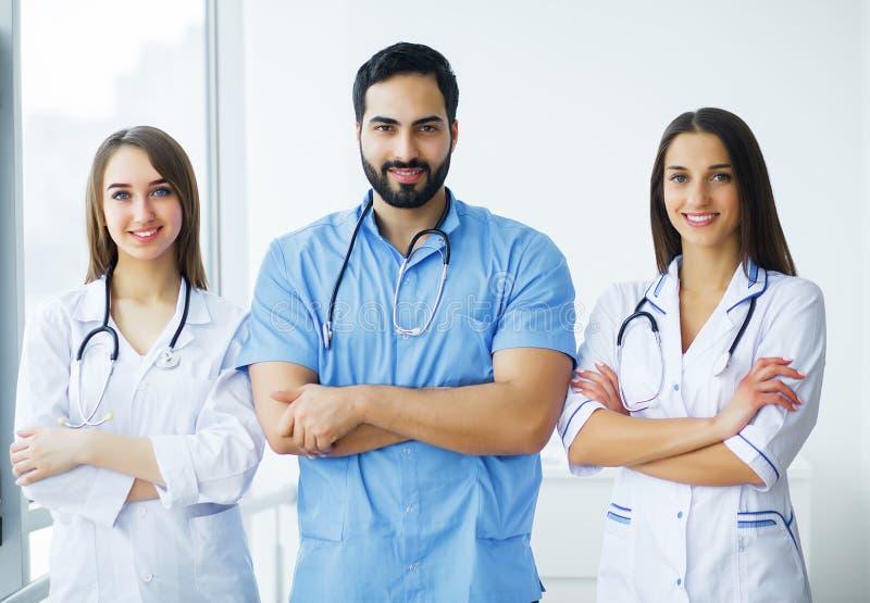 η υγεία προσοχής όπλων απομόνωσε τις καθυστερήσεις Γιατροί που εργάζονται μαζί ως ομάδα για το κίνητρο, SU στοκ φωτογραφίες