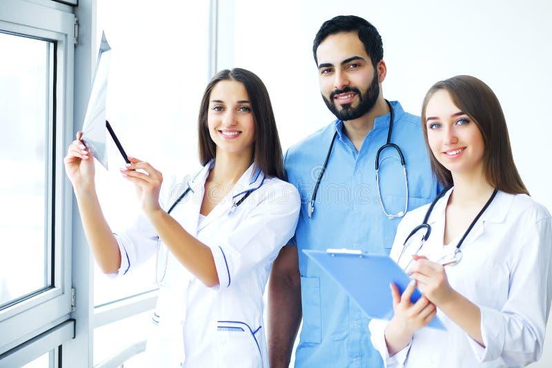 η υγεία προσοχής όπλων απομόνωσε τις καθυστερήσεις Ιατρική ομάδα που εργάζεται στο νοσοκομείο όλα από κοινού στοκ εικόνες