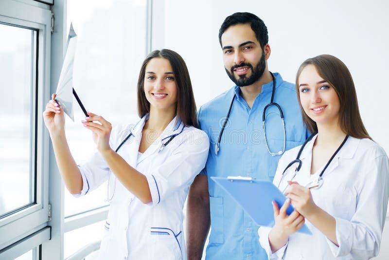 η υγεία προσοχής όπλων απομόνωσε τις καθυστερήσεις Ιατρική ομάδα που εργάζεται στο νοσοκομείο όλα από κοινού στοκ φωτογραφία με δικαίωμα ελεύθερης χρήσης