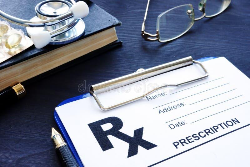 η υγεία προσοχής όπλων απομόνωσε τις καθυστερήσεις Μορφή και χάπια συνταγών σε ένα γραφείο στοκ εικόνες