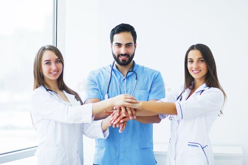 η υγεία προσοχής όπλων απομόνωσε τις καθυστερήσεις Οι ελκυστικοί γιατροί με το ιατρικό στηθοσκόπιο εργάζονται στοκ εικόνες