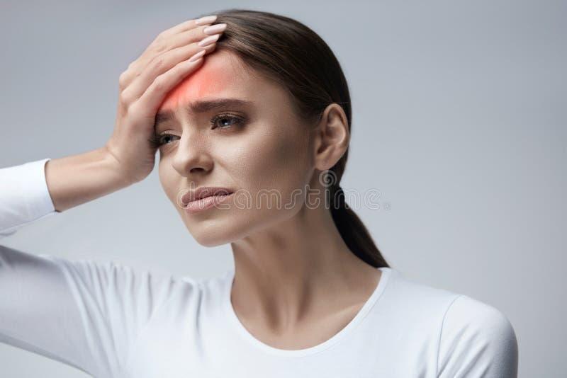 η υγεία προσοχής όπλων απομόνωσε τις καθυστερήσεις Όμορφη γυναίκα που πάσχει από τον επικεφαλής πόνο, πονοκέφαλος στοκ φωτογραφία