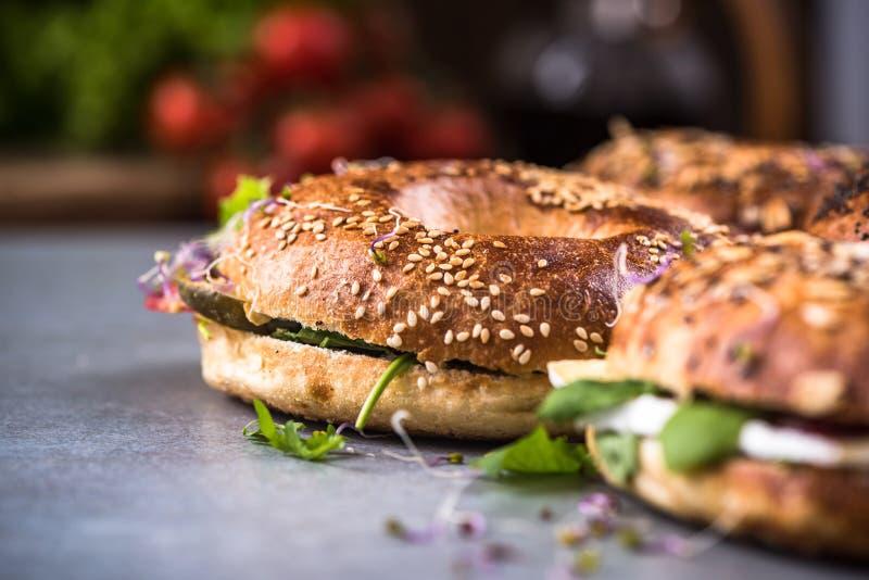 Η υγιής κατανάλωση, σπιτικά bagels, κλείνει επάνω την άποψη στοκ εικόνες με δικαίωμα ελεύθερης χρήσης