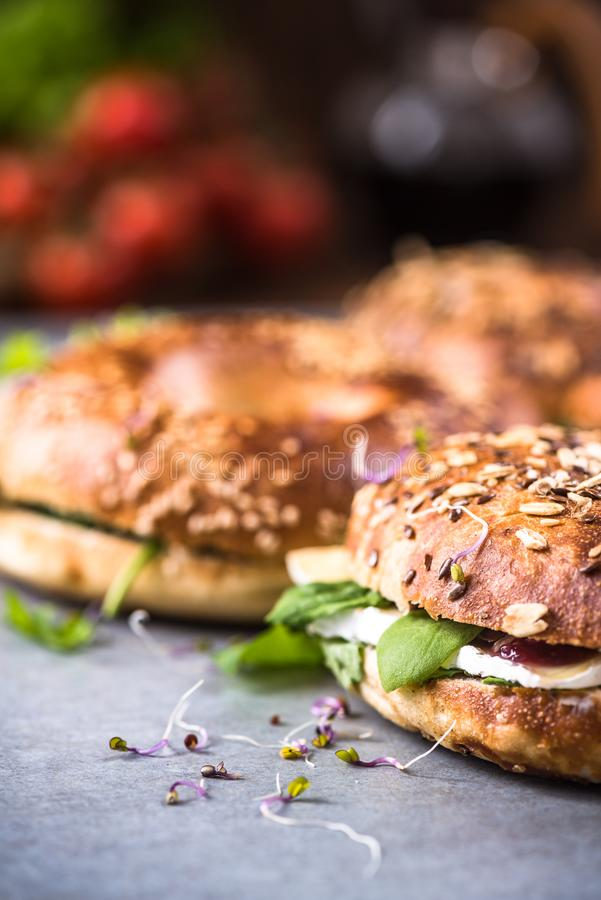 Η υγιής κατανάλωση, σπιτικά bagels, κλείνει επάνω την άποψη στοκ εικόνα με δικαίωμα ελεύθερης χρήσης