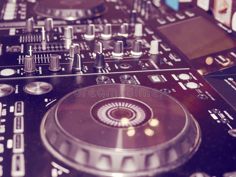 Η υγιής λεπτομέρεια κονσολών μίξης, κλείνει επάνω Επαγγελματική κονσόλα μουσικής του DJ Ευρεία φωτογραφία γωνίας του μαύρου υγιού στοκ εικόνα με δικαίωμα ελεύθερης χρήσης