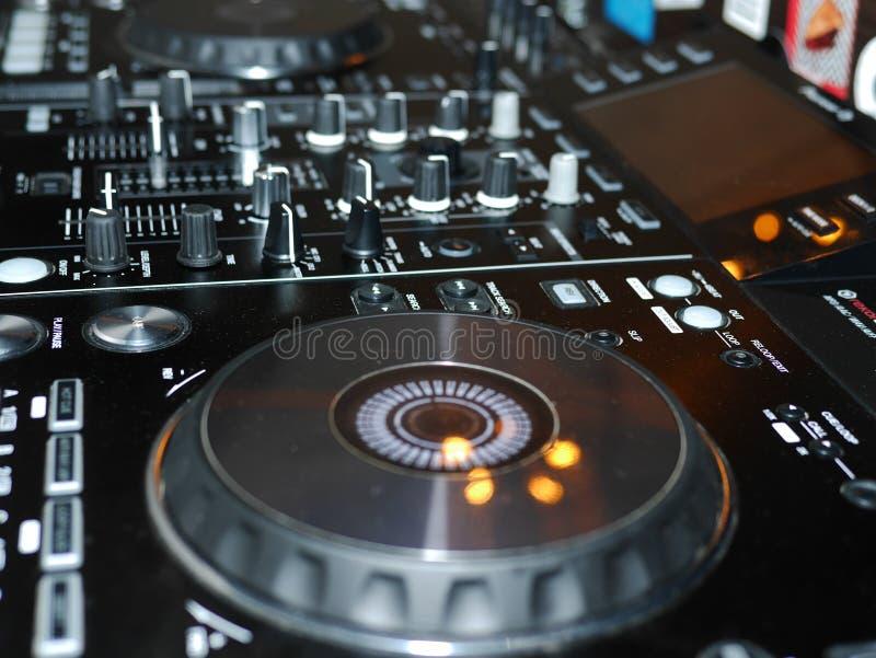 Η υγιής λεπτομέρεια κονσολών μίξης, κλείνει επάνω Επαγγελματική κονσόλα μουσικής του DJ Ευρεία φωτογραφία γωνίας του μαύρου υγιού στοκ εικόνες