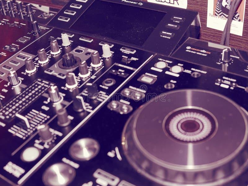 Η υγιής λεπτομέρεια κονσολών μίξης, κλείνει επάνω Επαγγελματική κονσόλα μουσικής του DJ Ευρεία φωτογραφία γωνίας του μαύρου υγιού στοκ φωτογραφίες με δικαίωμα ελεύθερης χρήσης
