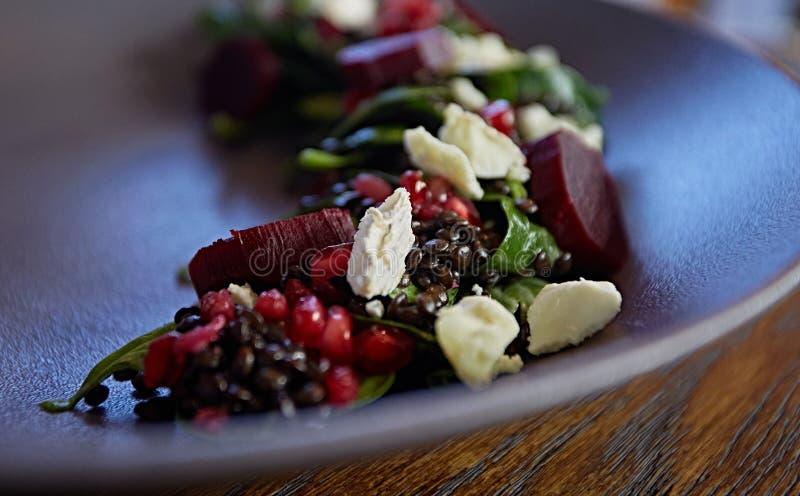 Η υγιής σαλάτα τεύτλων με το φρέσκο γλυκό σπανάκι μωρών, το μαρούλι κατσαρού λάχανου, τα καρύδια, το τυρί φέτας και τη φρυγανιά λ στοκ εικόνες με δικαίωμα ελεύθερης χρήσης