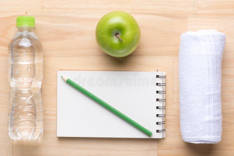 Η υγιεινά κατανάλωση, να κάνουν δίαιτα, το αδυνάτισμα και ζυγίζουν την έννοια απώλειας - κλείστε επάνω του εγγράφου σχεδίων διατρ στοκ εικόνες