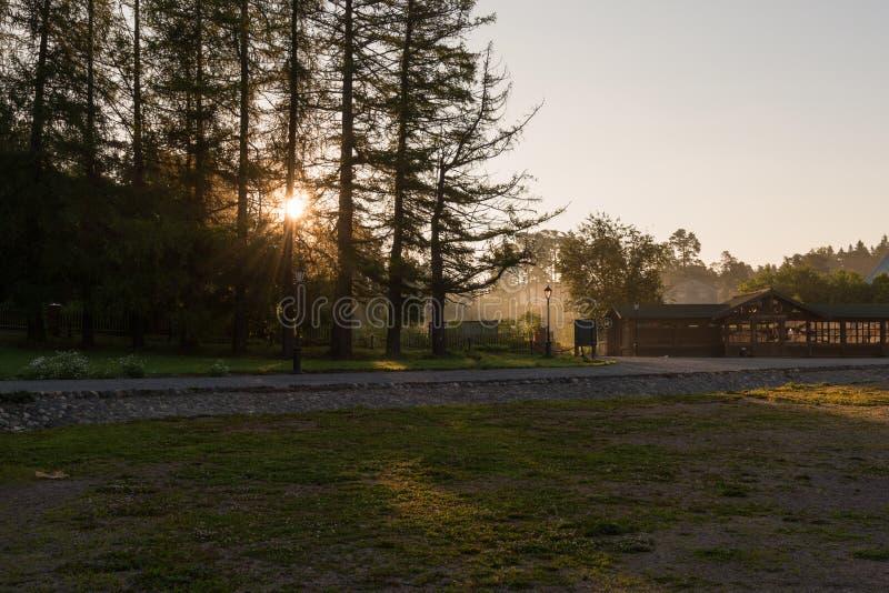 Η υδρονέφωση πρωινού και ο ήλιος αύξησης στην αποβάθρα στοκ φωτογραφία