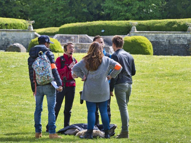 Η υπαίθρια ομάδα μαγνητοσκόπησης επεξεργάζεται την καταγραφή ταινιών διαφήμισης στον κήπο στοκ φωτογραφίες με δικαίωμα ελεύθερης χρήσης